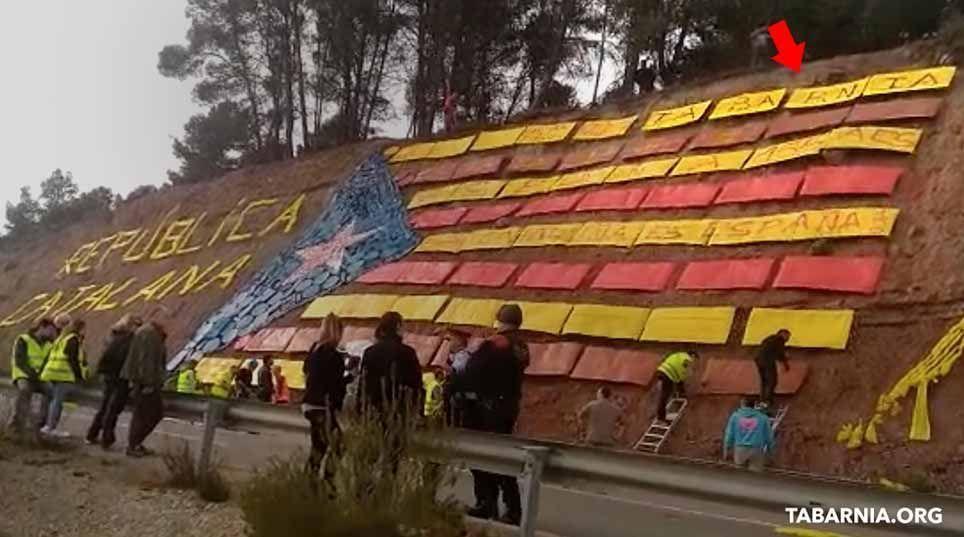 Separatistas instalan un mural escoltados por los mossos.